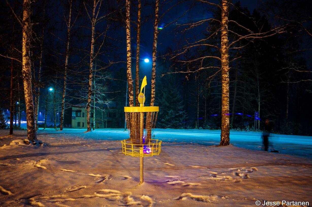 LED-cup 2016 avattiin Outokummun Vanhan Kaivoksen frisbeegolfradalla varsin talvisissa tunnelmissa - kuvassa väylän #5 griini (© Jesse Partanen).