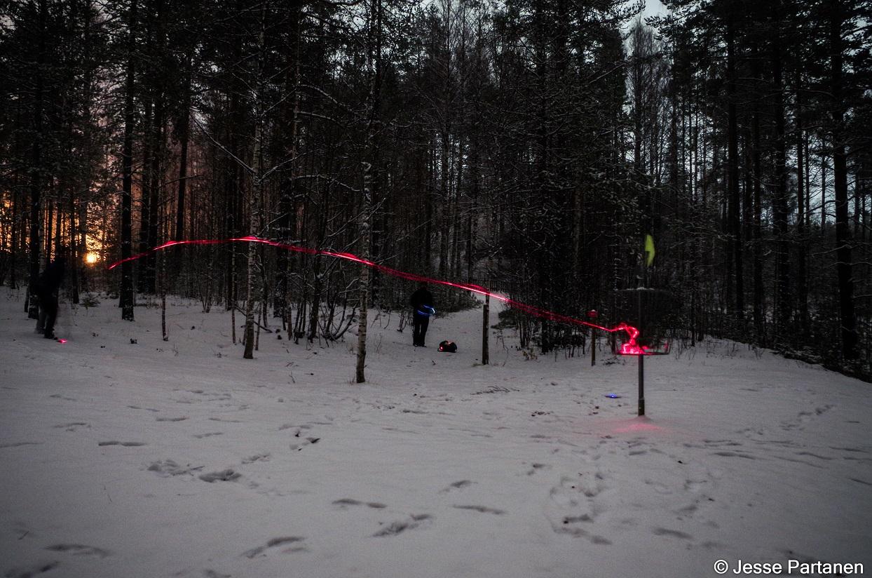 Vesa Tiitta upottaa pirkkoputin Vanhan Kaivoksen väylällä #8 (© Jesse Partanen).
